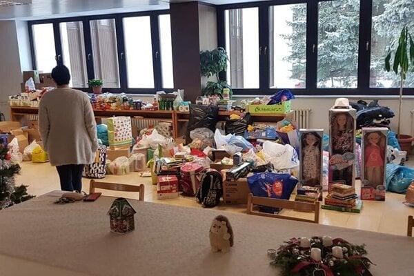 Vestibul mestského úradu v Liptovskom Mikuláši sa zaplnil materiálnou pomocou.