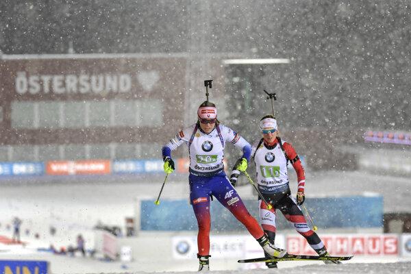 Paulína Fialková a za ňou Rakúšanka Katharina Innerhoperová v priebehu pretekov zmiešaných štafiet v rámci 1. kola Svetového pohára v Östersunde.
