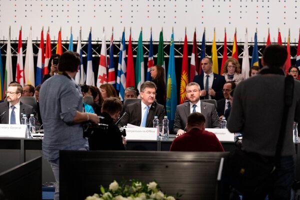 Minister zahraničných vecí a európskych záležitostí SR a úradujúci predseda OBSE Miroslav Lajčák a predseda vlády SR Peter Pellegrini počas prvého dňa 26. Ministerskej rady OBSE v Bratislave.