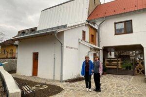 Sestry Králikové pred zrekonštruovaným mlynom v Nemšovej.