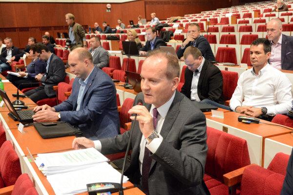 Osud mestského rozpočtu majú v rukách aj poslanci, ktorí sú zároveň starostami. Ako zahlasujú?