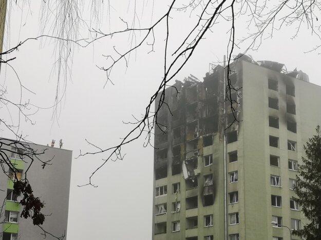 Stav zničenej bytovky v pondelok. Čoraz viac ohrozuje okolie, opadávajú z nej trosky.