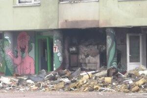 Vchod do zdemolovanej bytovky číslo 7.