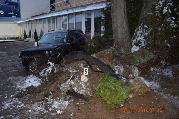 Pri nehode v Kráľovskom Chlmci sa nikto nezranil.