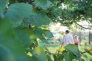 S dcérou v záhrade
