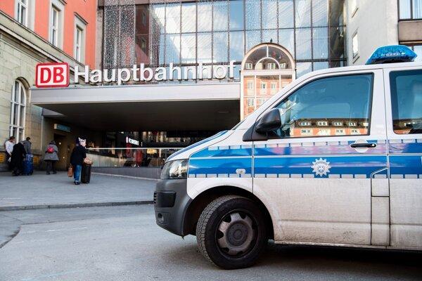 Policajné auto stojí pred hlavnou vlakovou stanicou v Mníchove.
