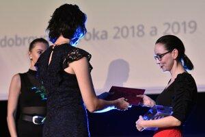 Ocenenie Dobrovoľník roka 2018 a 2019 v sociálnej a zdravotnej oblasti preberá vpravo Zuzana Juráneková. .