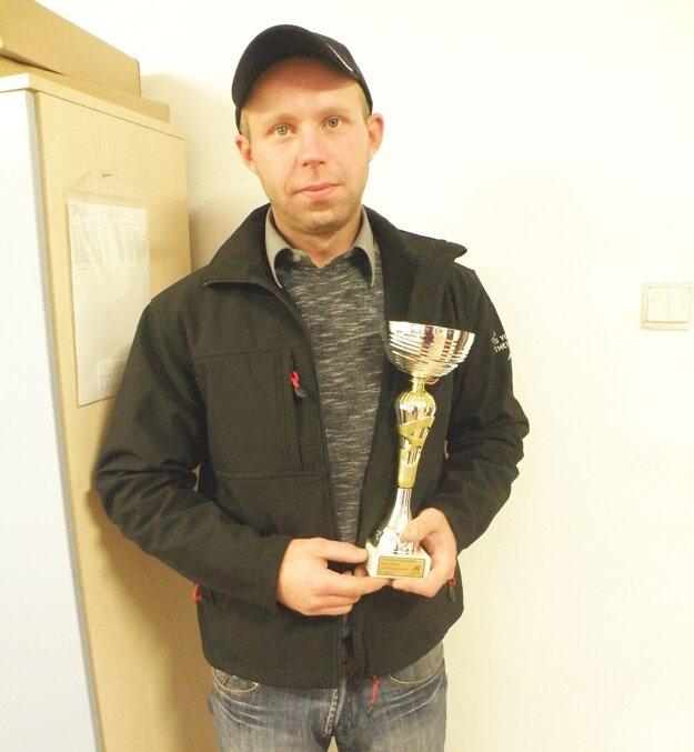 Pavol Belák s pohárom zo súťaže v Poľsku.
