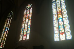 V chráme sa nachádza 38 vitráží, sú skvostom baziliky.