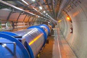 Dráhu častíc na zahnutých častiach LHC upravujú supravodivé magnety (na zábere strieborno modré).