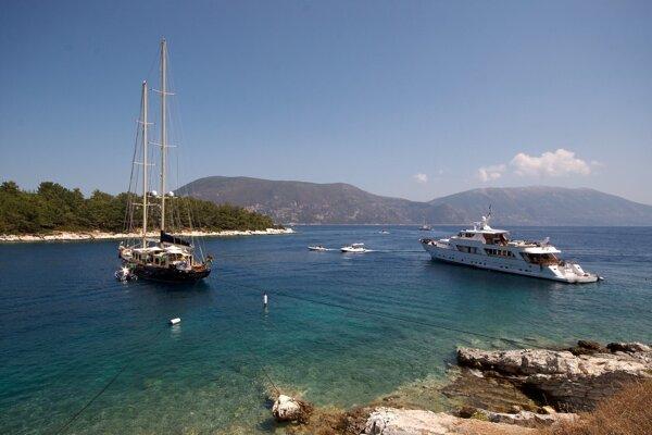 Záliv pri meste Fiskardo, pri ktorom objavili grécki výskumníci vrak starej rímskej lode.
