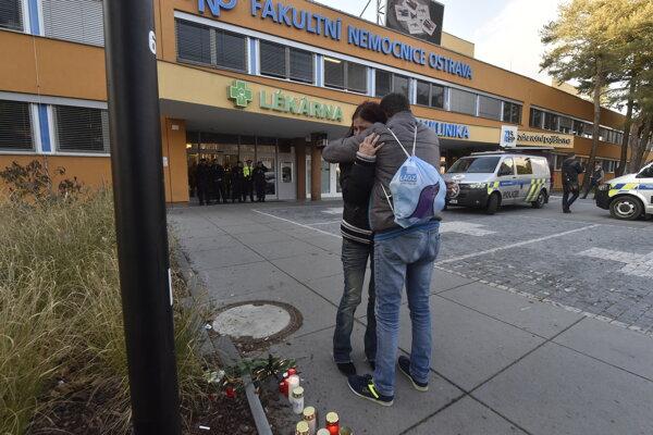 Ľudia pred nemocnicou, kde došlo k tragédii.