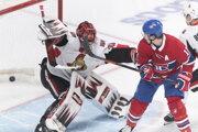 Brendan Gallagher (vpravo) tieni pred brankárom Andersom Nilssonom po strele Tomáša Tatara v zápase základnej čast NHL 2019/2020 Montreal Canadiens - Ottawa Senators.