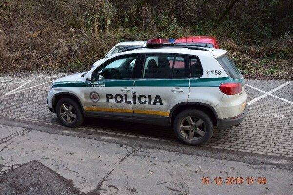 Pri úteku nabúral do policajného auta.