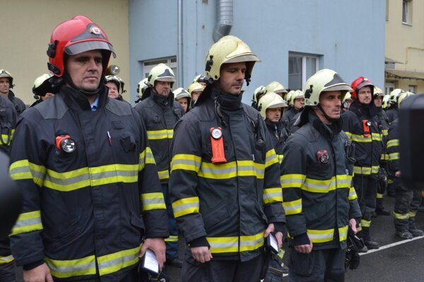 Trojica ocenených hasičov.