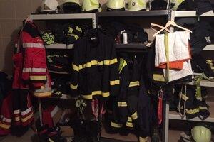 V hasičskej zbrojnici.