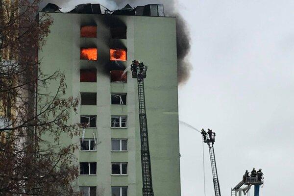 Počas zásahu po výbuchu v bytovke.