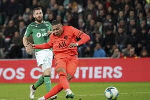 Kylian Mbappe strieľa gól v zápase Saint-Etienne - Paríž St. Germain.