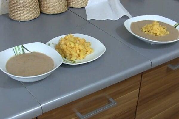 Koločena fasoľa so zemiakmi sa môže podávať oddelene na dvoch tanieroch, alebo spoločne len na jednom.