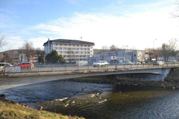 Poškodený most na Toporcerovej ulici v Kežmarku.