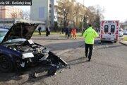 Sanitka odviezla po nehode zranenú ženu do nemocnice.