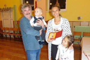 Malý Ondrejko s maminou a sestrou. Na rukách ho drž starosta Liptovského Ondreja.
