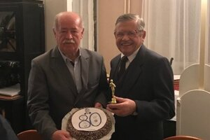 Eugenovi Magdovi (vpravo) k osemdesiatinám za Internacionálov VSS zablahoželal František Králka.