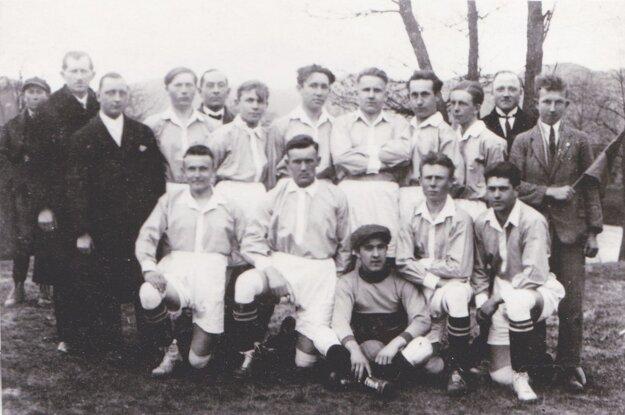 ŠK Union Zvolen vroku 1928. Zľava zhora nadol: Kolenič, Nosek, Muránsky, Laboda, Močáry, Szély, Pížl, Ertl, Hric, Sľuka, Zorkóci.