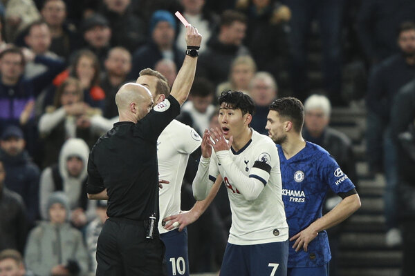 Son Heung-min (druhý sprava) dostáva červenú kartu v zápase s Chelsea.