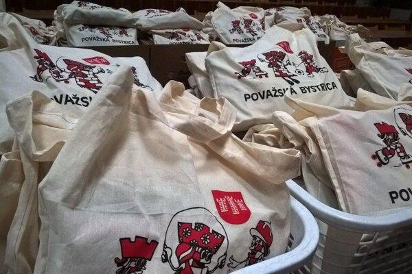 Pre prvákov považskobystrických škôl majú opäť pripravené balíčky.
