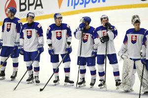 Slovenskí hokejisti do 20 rokov po prehre s Fínskom.