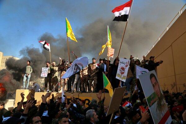 Demonštranti vtrhli na americké veľvyslanectvo v Bagdade.