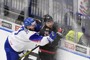 Na snímke zľava Martin Faško-Rudáš (Slovensko), Aidan Dudas (Kanada) vo štvrťfinálovom zápase MS hokejistov do 20 rokov Kanada - Slovensko.