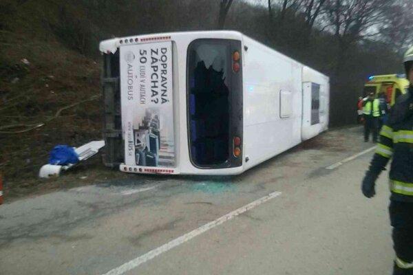 Prevrátený autobus pri Jasove.