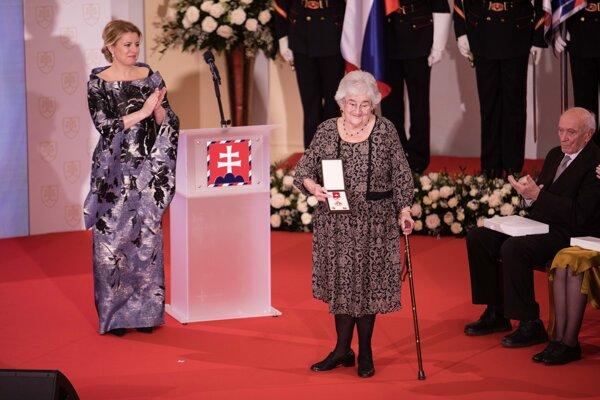 Banskobystričanka Klára Kubičková pri preberaní vyznamenania.