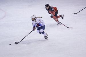 Zľava: Makenna Webster z USA a Jenna Buglioni z Kanady počas finále majstrovstiev sveta v ľadovom hokeji hráčok do 18 rokov.