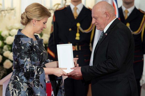 Jozef Plachý si preberá Rad Ľudovíta Štúra od prezidentky Zuzany Čaputovej.