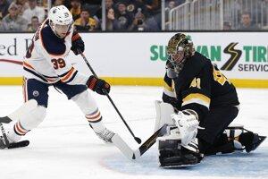 Alex Chiasson (vľavo) a Jaroslav Halák v zápase NHL 2019/2020 Boston Bruins - Edmonton Oilers.