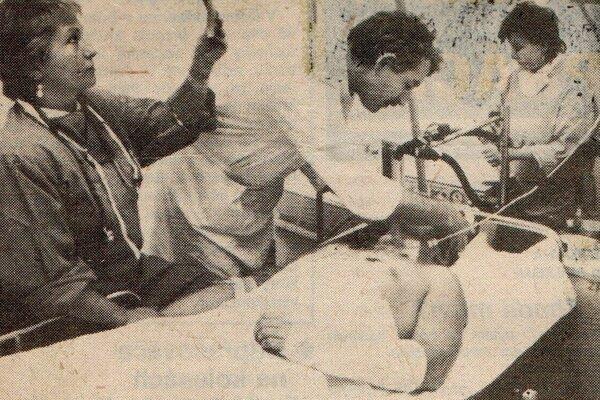 Luděk Čajka na košickom ARO. Zľava lekári K. Šerešová, M. Klíma a zdravotná sestra Hana Hegedušová.