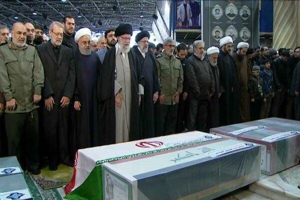 Pri Chameneím stáli iránsky prezident Hasan Rúhání, Sulejmáního nástupca Esmáíl Káání a ďalší predstavitelia krajiny.