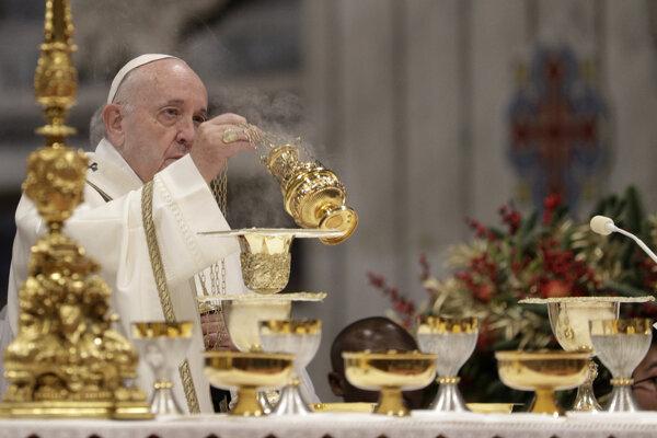Na snímke pápež František celebruje omšu pri príležitosti sviatku Zjavenia Pána (Troch kráľov) v Bazilike svätého Petra vo Vatikáne 6. januára 2020.