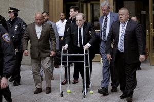 Šesťdesiatsedemročný Weinstein prišiel do súdnej siene navonok v zlom stave. Pohyboval sa s pomocou opory na kolieskach a pri chôdzi mu pomáhali i jeho právnici.