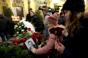 Zhromaždenie na pohrebe blogujúceho onkológa Andreja Pavlenka.