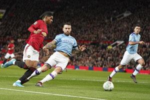 Marcus Rashford (vľavo) a Nicolas Otamendi v prvom zápase semifinále EFL Cupu 2019/2020 Manchester United - Manchester City.