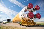 Prvý hlavný stupeň rakety SLS pred plavbou do Stennisovho vesmírneho strediska, kde ho podrobia tento rok rozsiahlym testom.