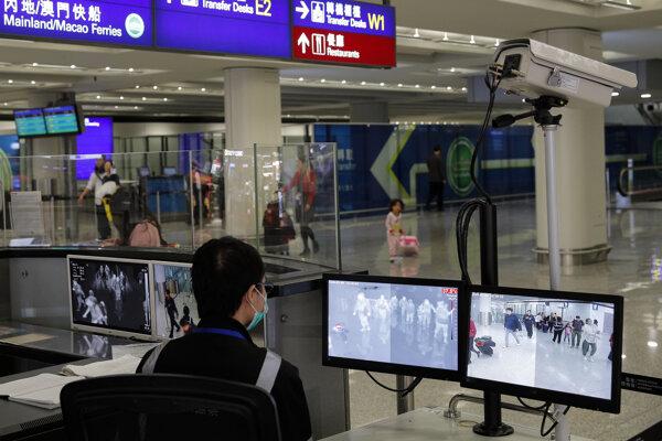 zdravotný dohľad počas monitorovania cestujúcich na medzinárodnom letisku v Hongkongu. Príčinou záhadného ochorenia dýchacích ciest, ktorým sa v Číne nakazili desiatky ľudí, je zrejme nový typ koronavírusu. Vyplýva to z predbežných zistení expertov.