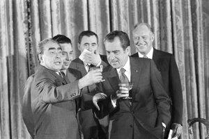 Leonid Brežnev (vľavo) na stretnutí s americkým prezidentom Richardom Nixonom.