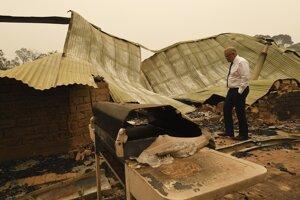 ASutrálsky premiér Scott Morrison pri obhliadke škôd po požiaroch.