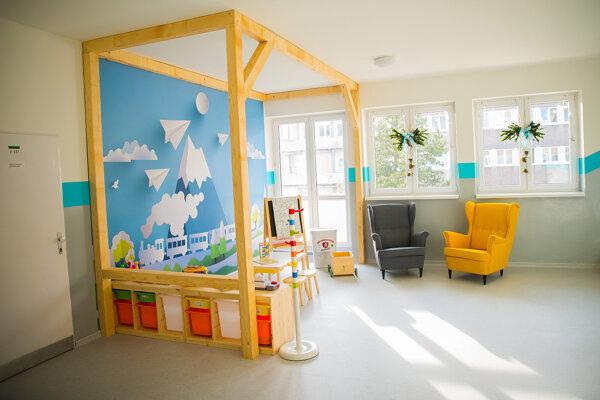 čakáreň pred detským oddelením v Dolnooravskej nemocnici. Zaplatilo to sponzori.