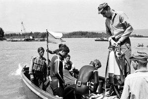 Potápači pri záchranárskych prácach.